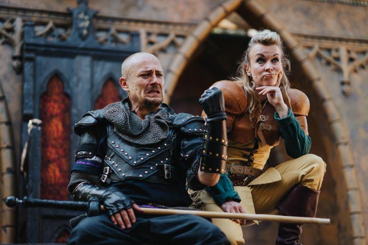 Vasemmalta - Nottinghamin sheriffi (Turkka Mastomäki) ja Gisborne (Jenni Kitti)