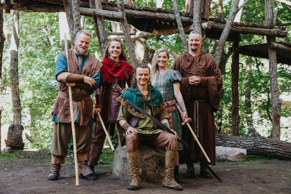 Vasemmalta - Pikku-John (Harri Ahola), Puna-Will (Saara Mänttäri), Robin Hood (Eetu Känkänen), Marian (Anna Böhm), Munkki Tuck (Samu Loijas)